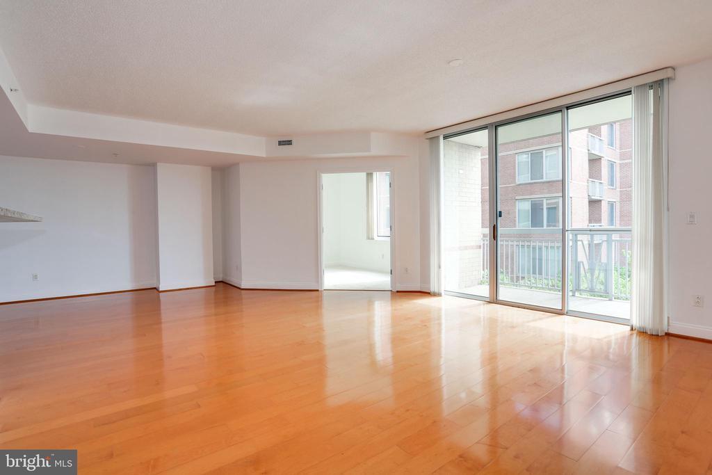 Living Room - Sliding Door to Balcony - 1020 N HIGHLAND ST #524, ARLINGTON