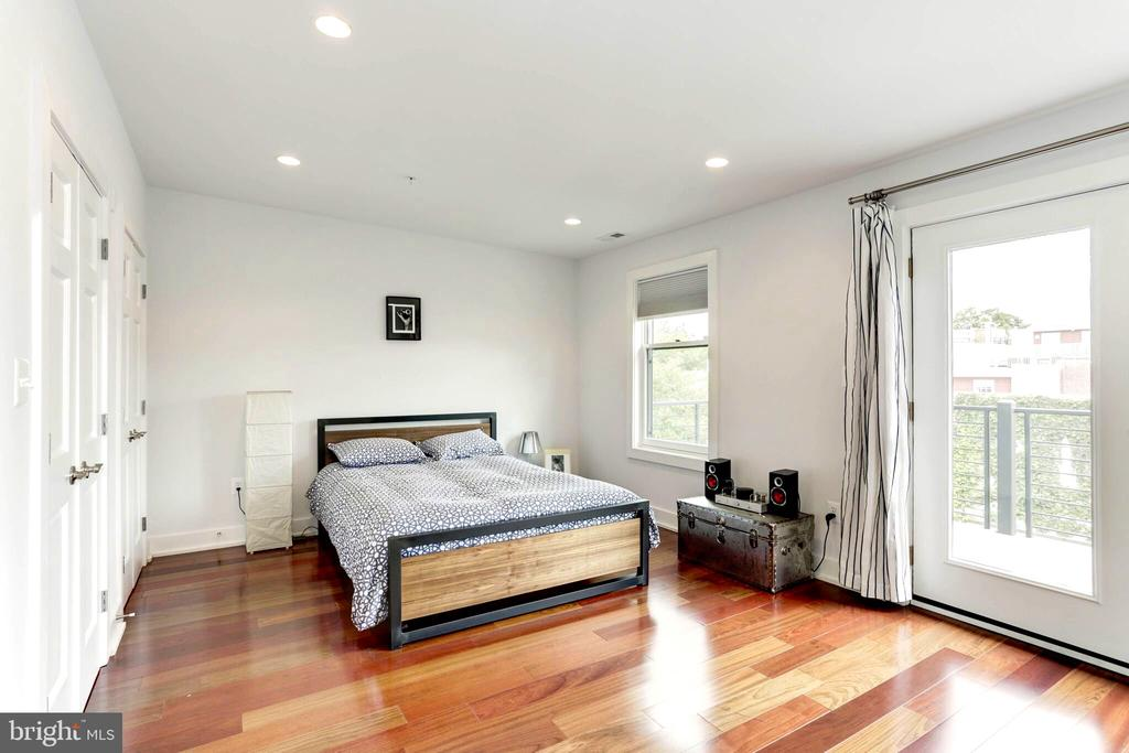 Spacious master bedroom suite with private balcony - 763 MORTON ST NW #4, WASHINGTON