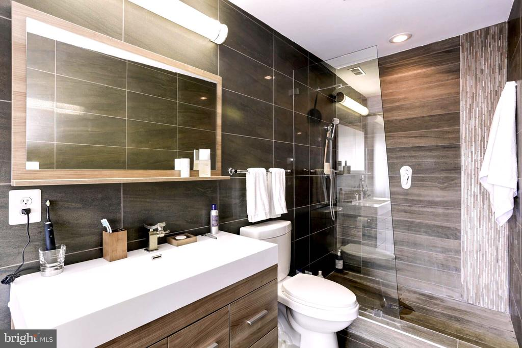 Large master bathroom. - 763 MORTON ST NW #4, WASHINGTON