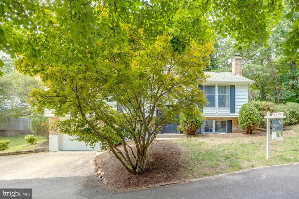 Gorgeous treed setting - 8405 TERRA WOODS DR, SPRINGFIELD