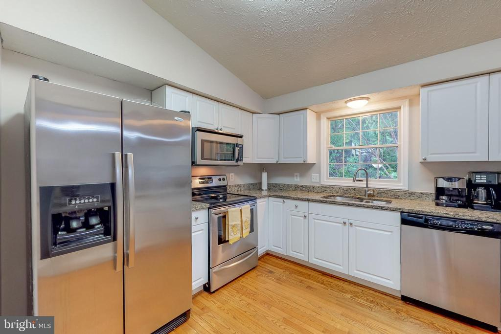 Stainless steel appliances - 8405 TERRA WOODS DR, SPRINGFIELD