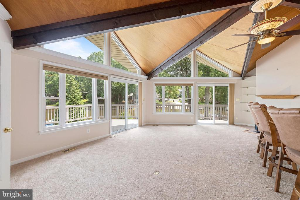 NATURAL LIGHT POURS INTO THE LIVING AREA - 100 HARBOURVIEW DR, LOCUST GROVE