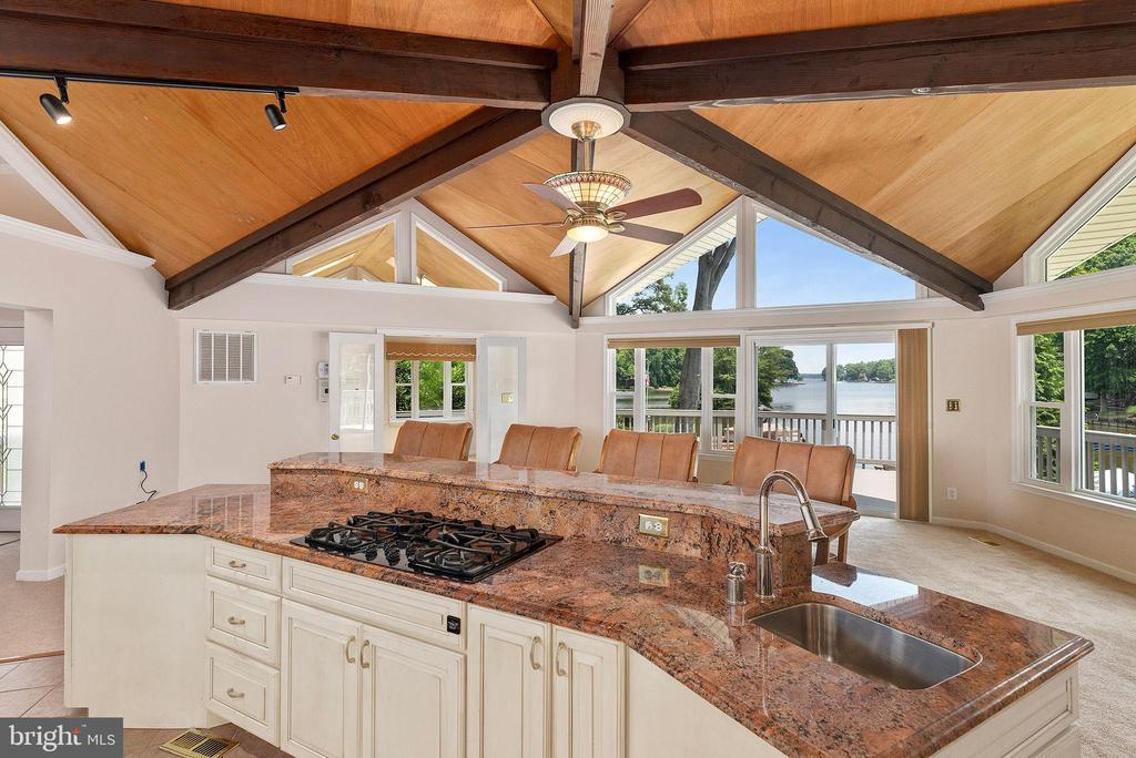 WONDERFULLY DESIGNED KITCHEN FOR YOUR FAMILY COOK - 100 HARBOURVIEW DR, LOCUST GROVE