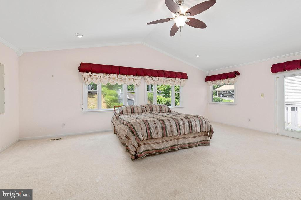MASSIVE OWNER'S SUITE WITH VAULTED CEILINGS - 100 HARBOURVIEW DR, LOCUST GROVE