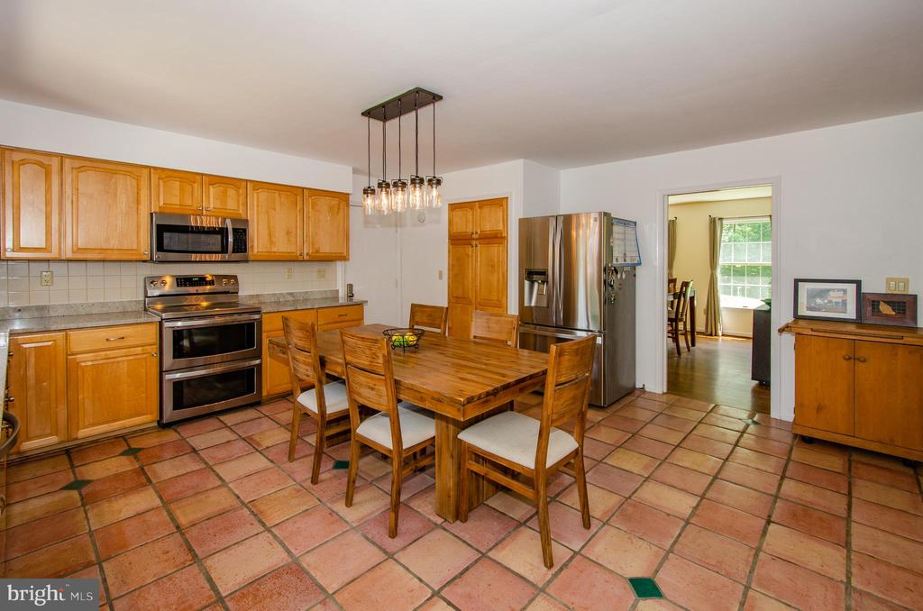 Kitchen also opens to formal Dining Room - 20659 FURR RD, ROUND HILL