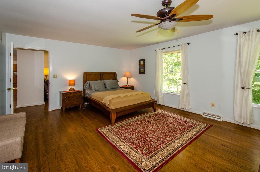 Wonderful first floor master suite - 20659 FURR RD, ROUND HILL