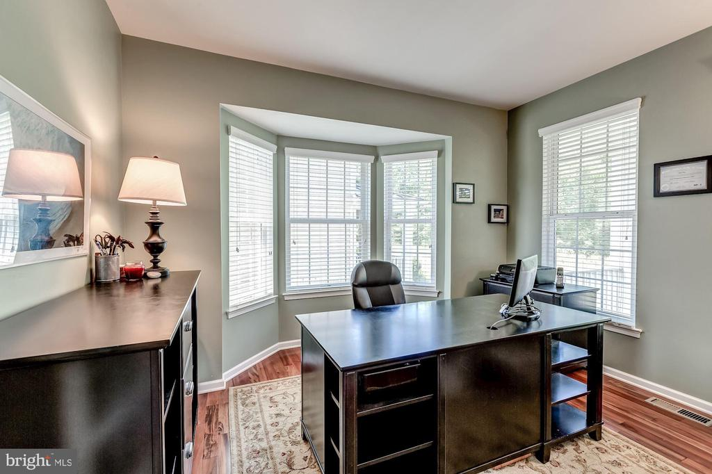 Study/office with bay window - 25273 DOOLITTLE LN, CHANTILLY