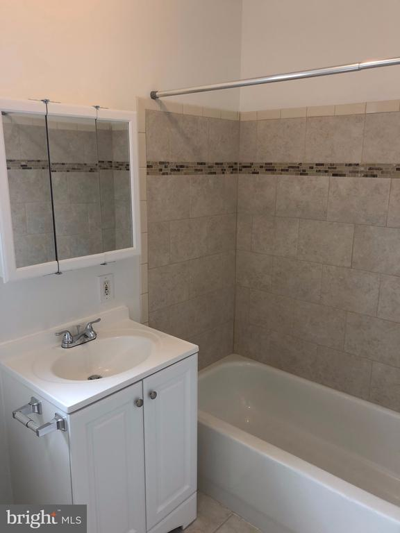 Top floor hall bathroom w/ ceramic tile in tub - 4402 KANE PL NE, WASHINGTON