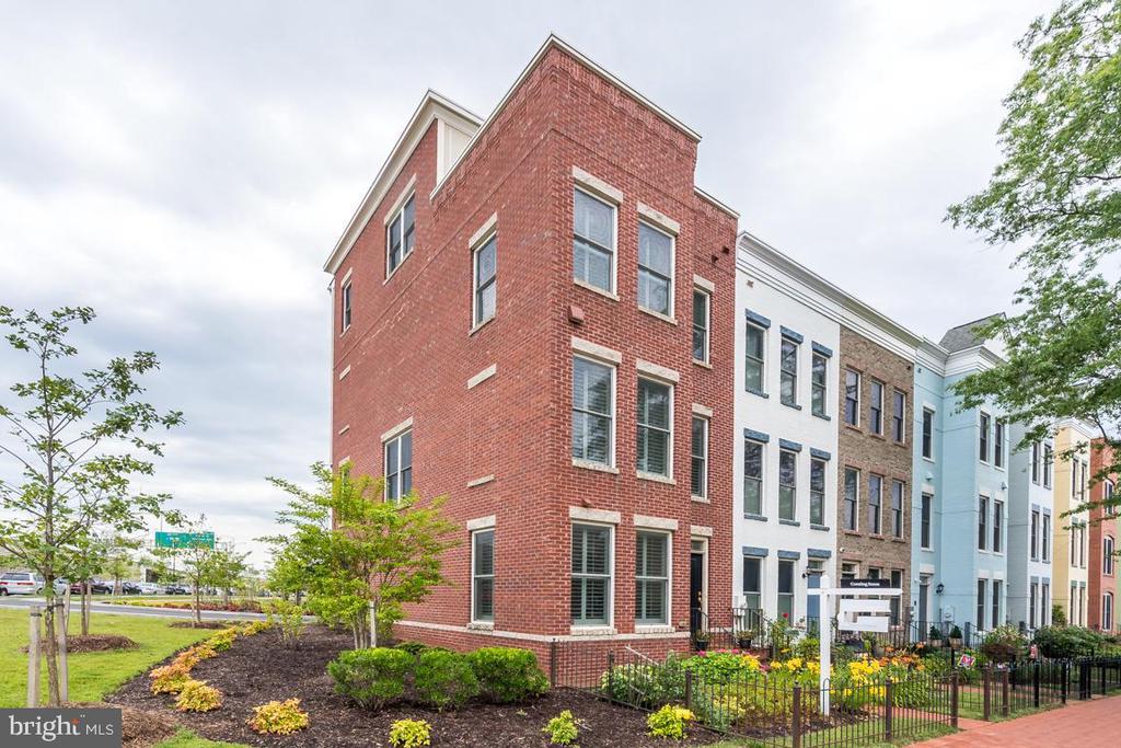 End unit townhouse with 26 windows floods - 800 3RD ST SE, WASHINGTON