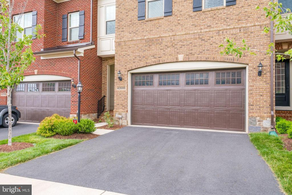 Wide, level driveway with more space for parking - 42600 DREAMWEAVER DR, BRAMBLETON