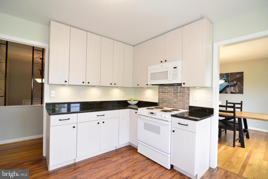Bright  kitchen with granite counter tops - 104 COUNTRY CLUB DR SW, LEESBURG
