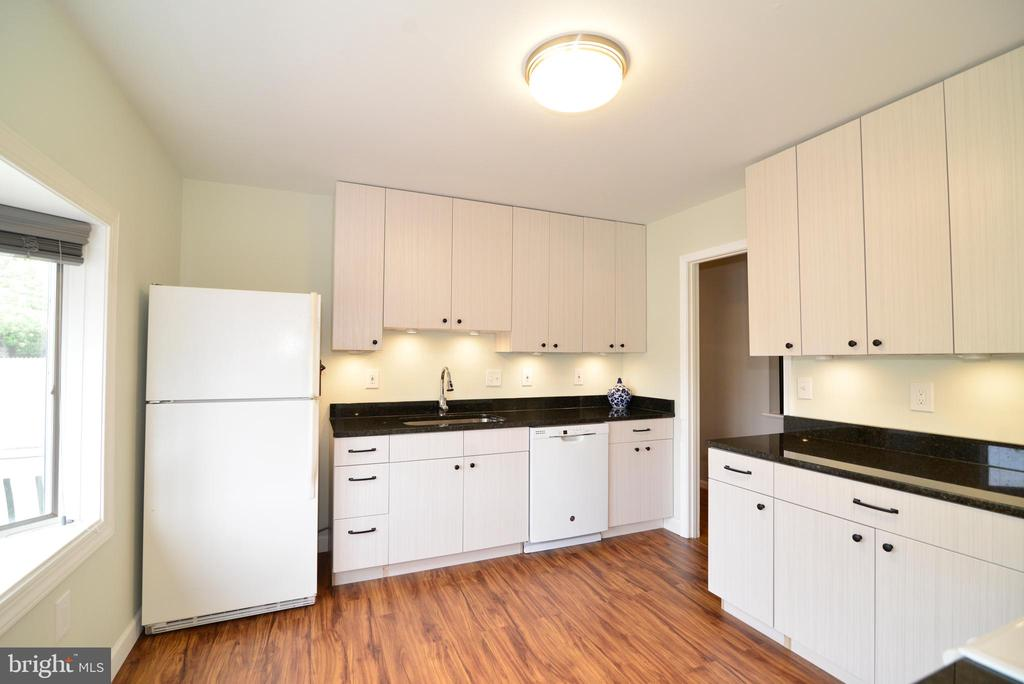 Bright  kitchen with all new appliances - 104 COUNTRY CLUB DR SW, LEESBURG