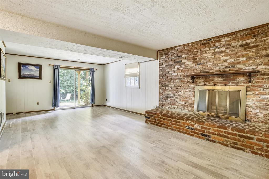 LOWER LEVEL FAMILY ROOM WITH WOOD BURNING FIREPLAC - 7209 BRIARCLIFF DR, SPRINGFIELD