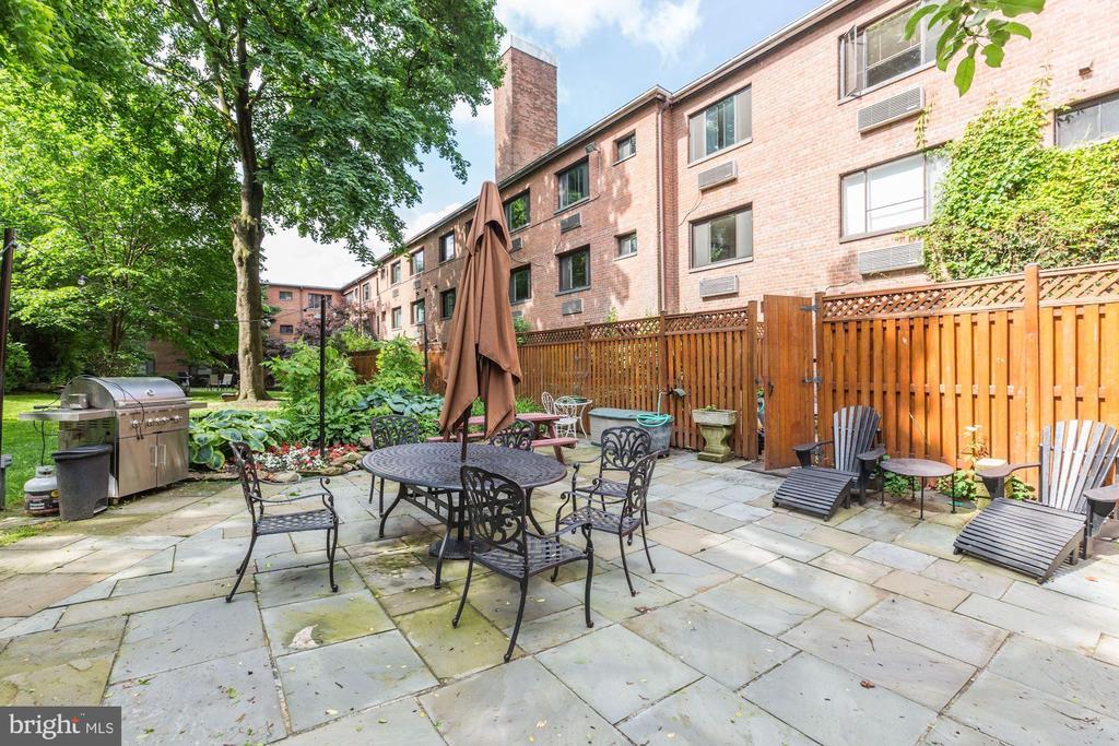 Building patio and grills - 4114 DAVIS PL NW #4, WASHINGTON