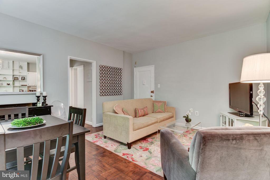 Living room with oak parquet floors - 4114 DAVIS PL NW #4, WASHINGTON