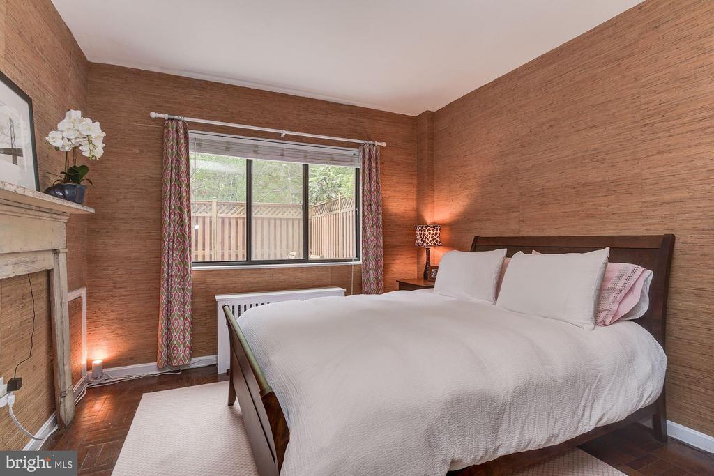 Bedroom with three west facing windows - 4114 DAVIS PL NW #4, WASHINGTON