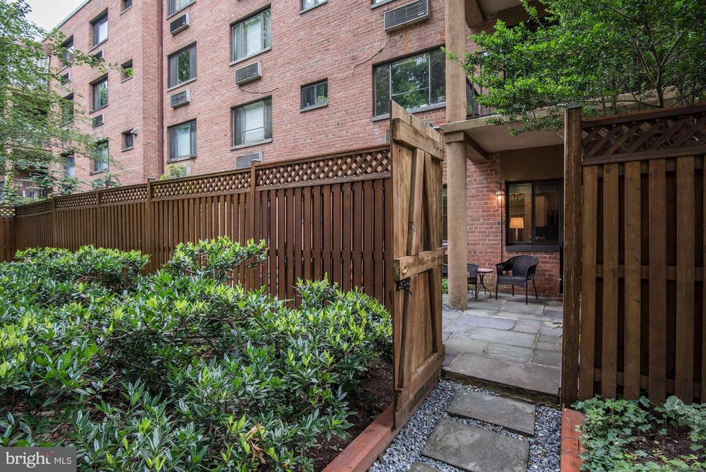 Entry to private, fenced patio and deck - 4114 DAVIS PL NW #4, WASHINGTON