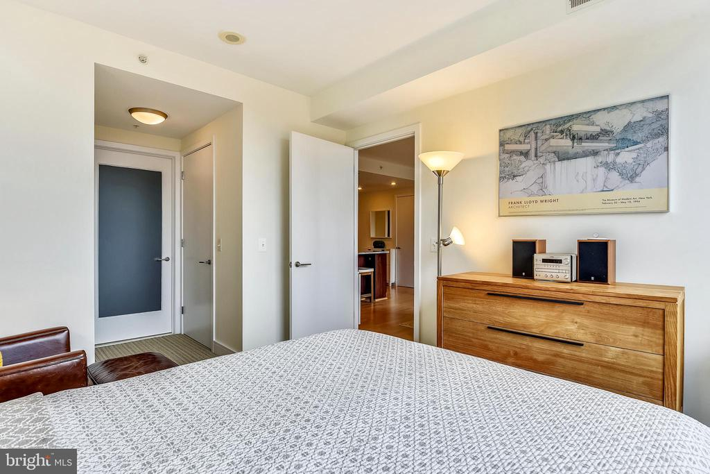 Hall to en-suite master bathroom & 2 closets - 2001 15TH ST N #1410, ARLINGTON