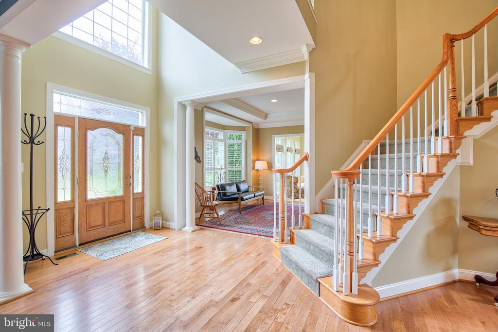 Oak staircase - 6853 MILL VALLEY DR, WARRENTON