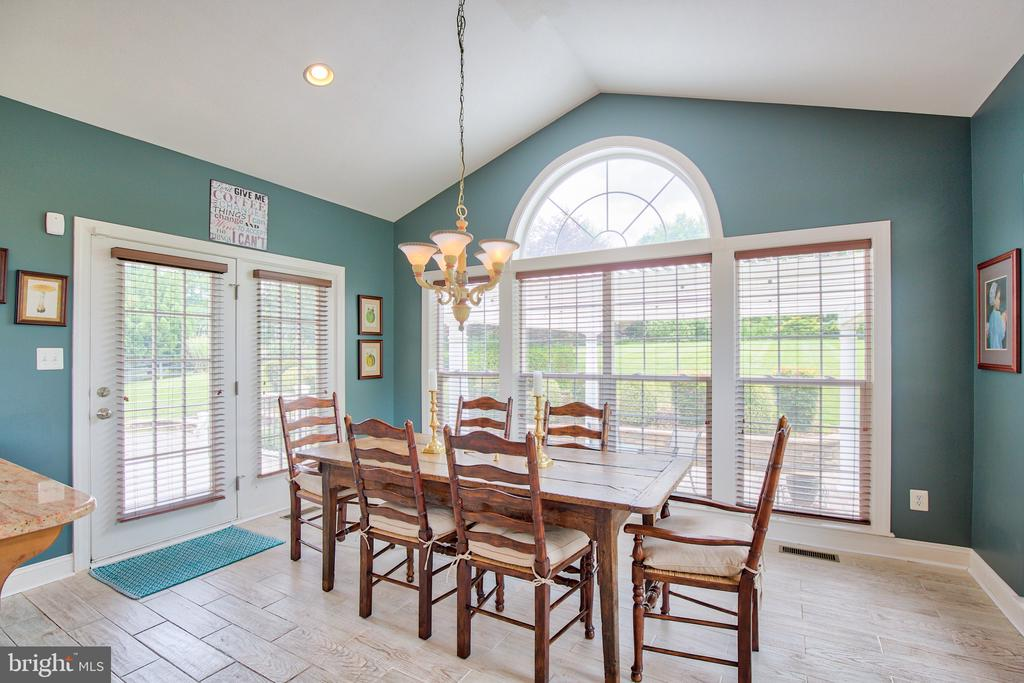 Sunroom off of the kitchen - 6853 MILL VALLEY DR, WARRENTON