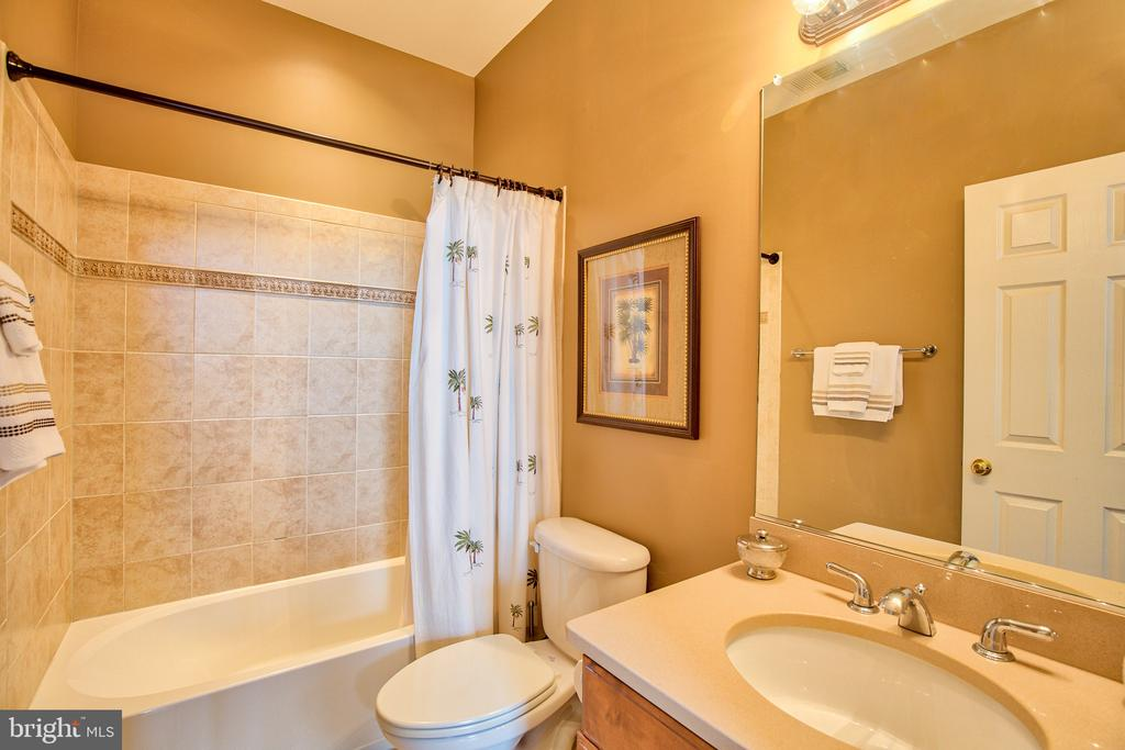 Ensuite Bath - 6853 MILL VALLEY DR, WARRENTON
