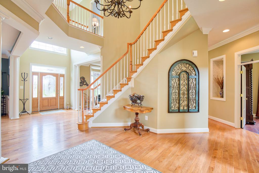 Grand two story entry - 6853 MILL VALLEY DR, WARRENTON