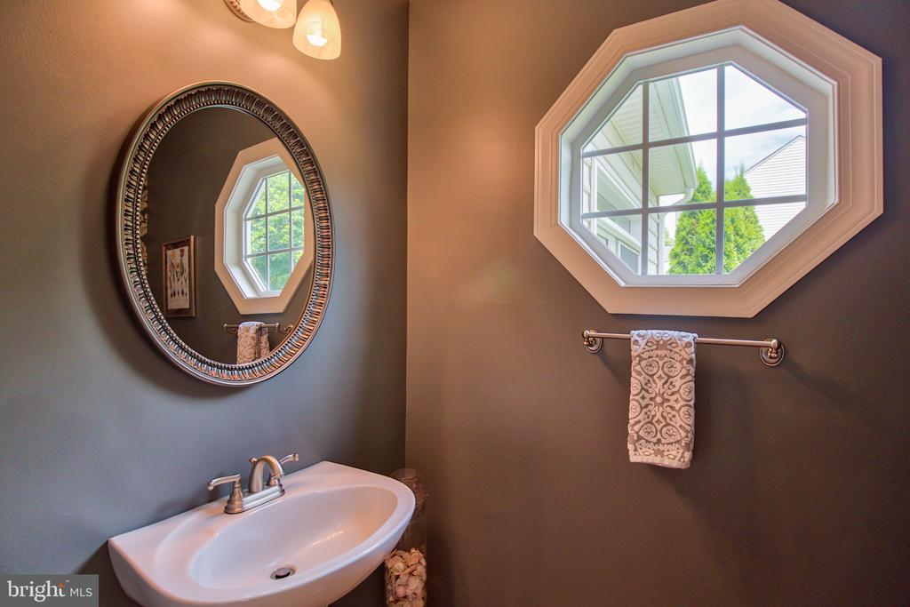 Powder Room on the main leave - 6853 MILL VALLEY DR, WARRENTON