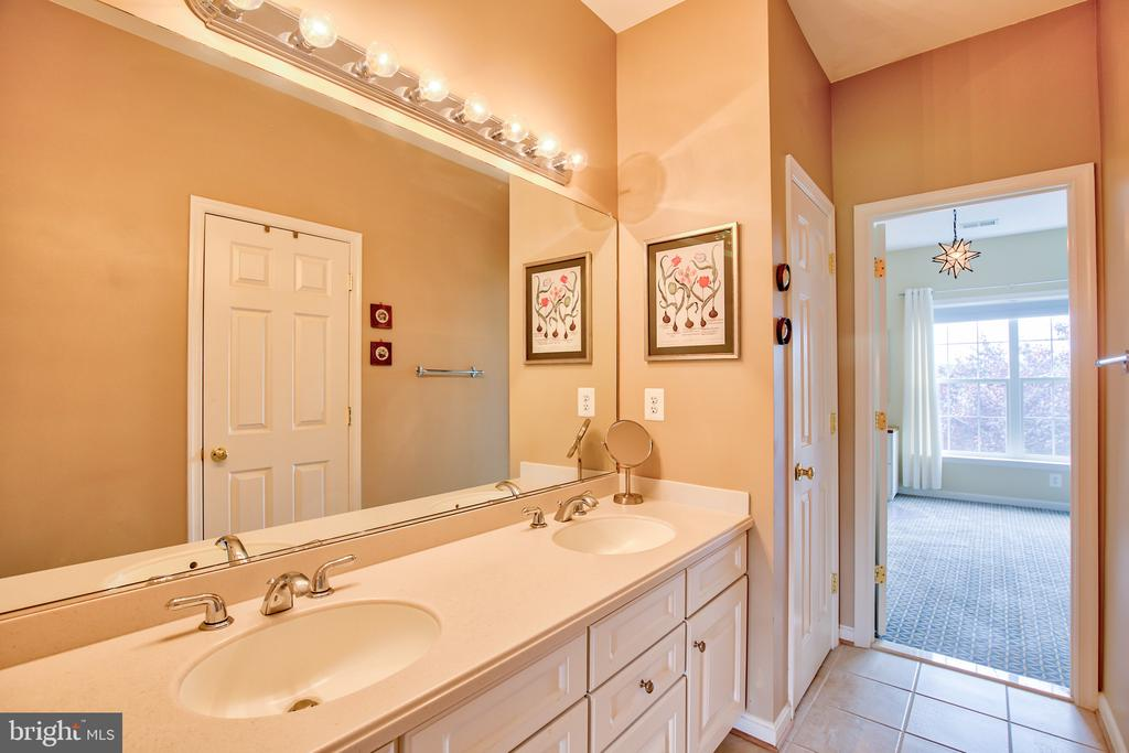 Jack and Jill Bath - 6853 MILL VALLEY DR, WARRENTON