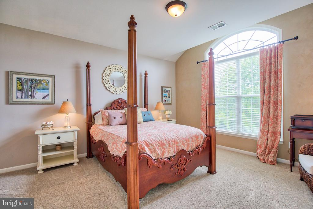 Bedroom 3 with ensuite bath - 6853 MILL VALLEY DR, WARRENTON