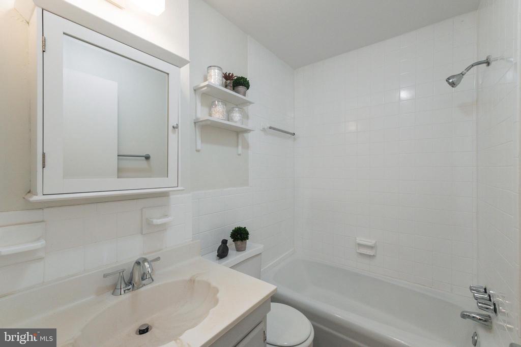 Bath - 3000 7TH ST NE #319, WASHINGTON