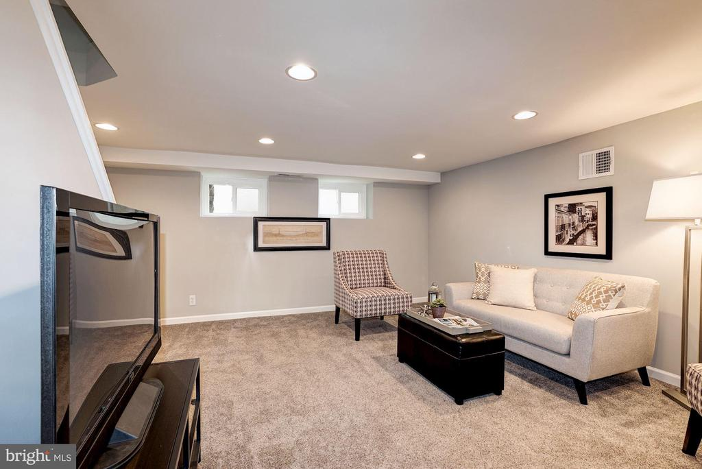 Family Room / Rec Room - Windows Allow in Sunlight - 4636 36TH ST S #A, ARLINGTON