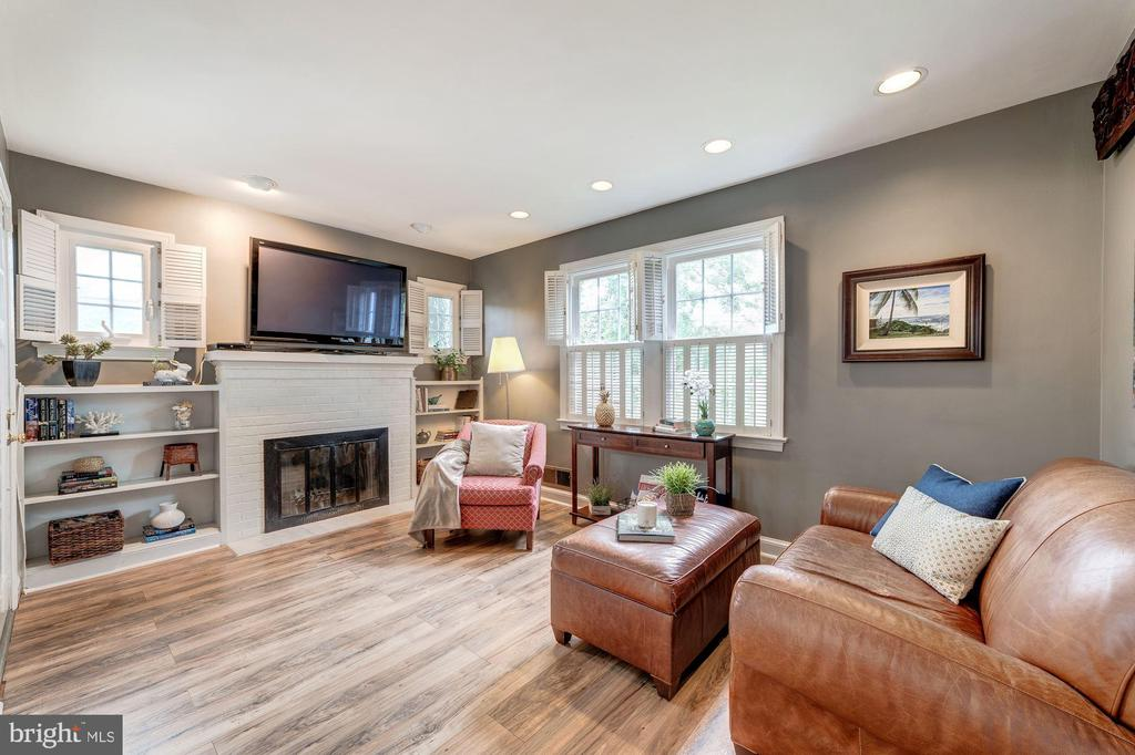 Cozy living room with wood-burning fireplace - 3025 N WESTMORELAND ST, ARLINGTON