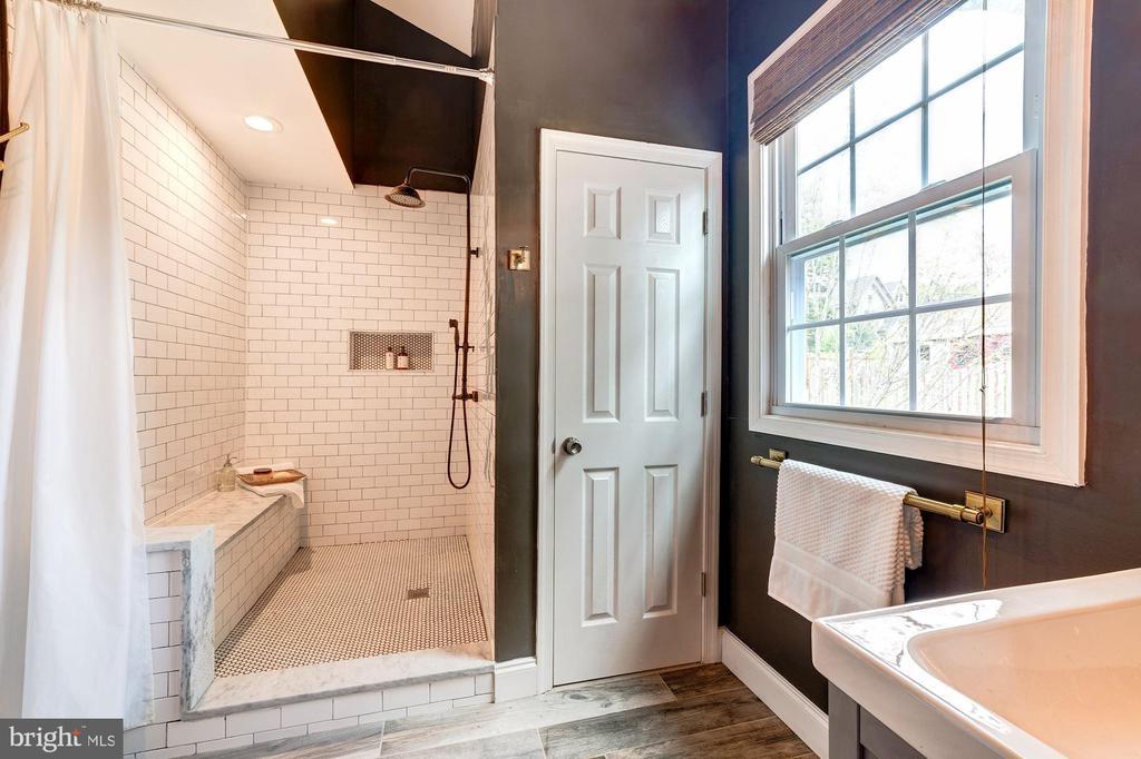 Spacious walk-in shower - 3025 N WESTMORELAND ST, ARLINGTON