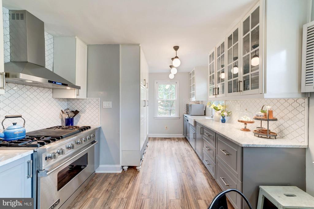 Warm wood-look flooring - 3025 N WESTMORELAND ST, ARLINGTON