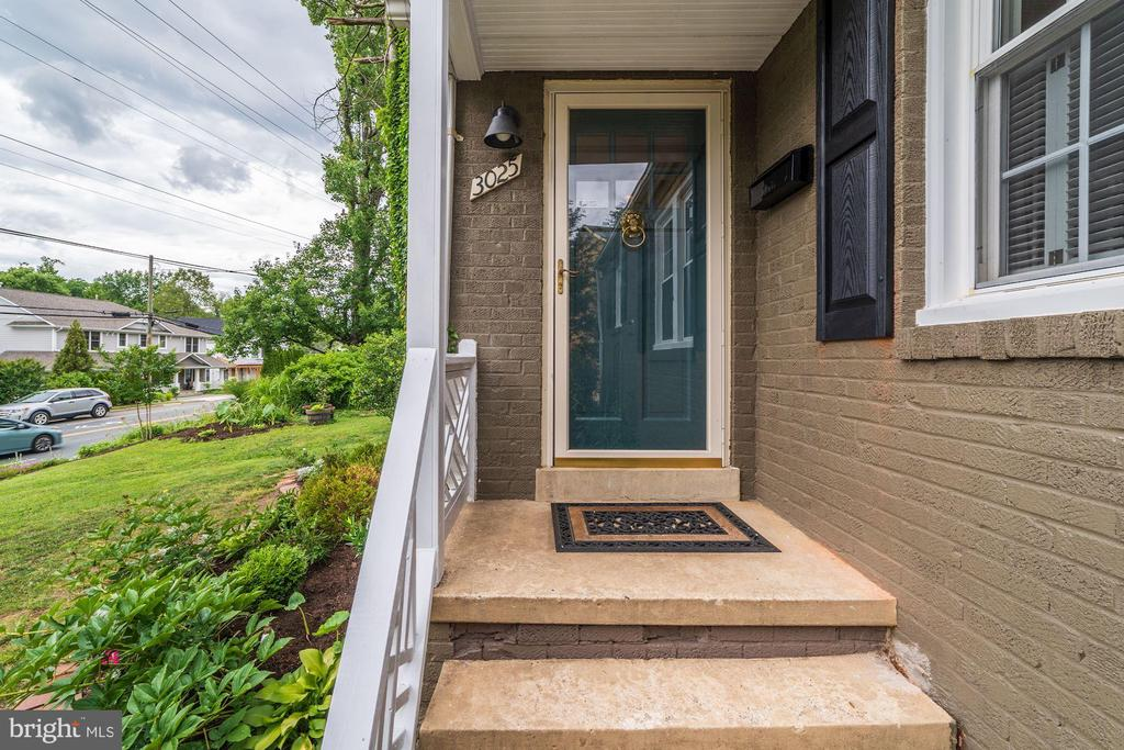 Inviting front entry - 3025 N WESTMORELAND ST, ARLINGTON