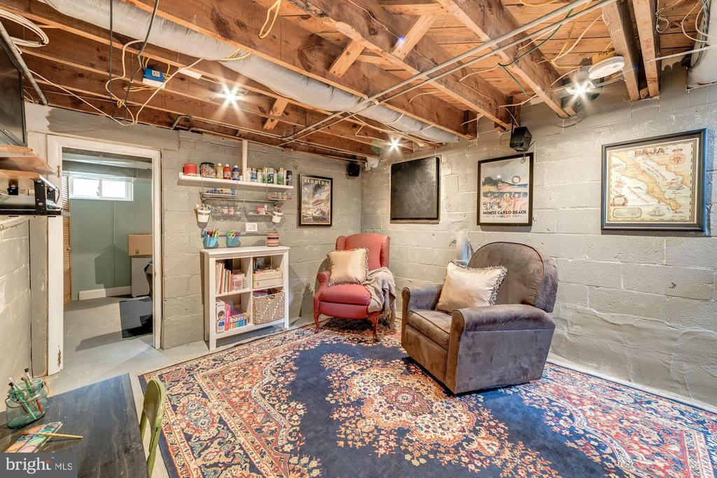 Lower level  offers a blank slate for your design - 3025 N WESTMORELAND ST, ARLINGTON