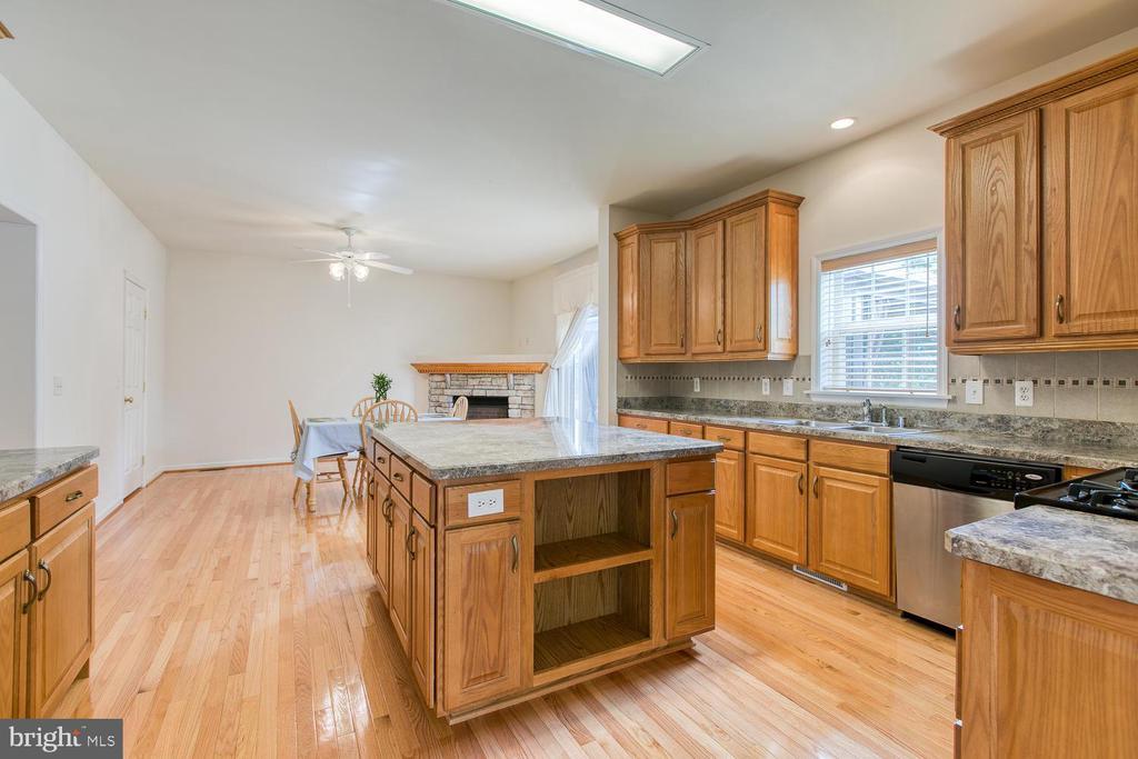 Large kitchen! - 102 GLACIER WAY, STAFFORD