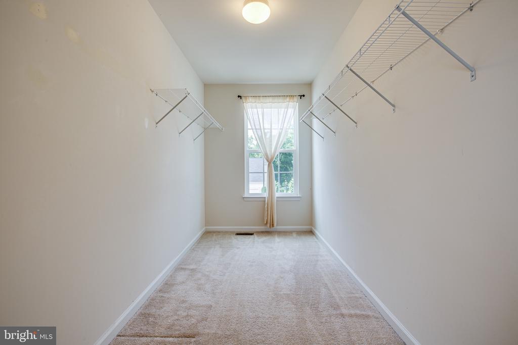 Master bedroom with walk-in closet - 7 FIREHAWK DR, STAFFORD
