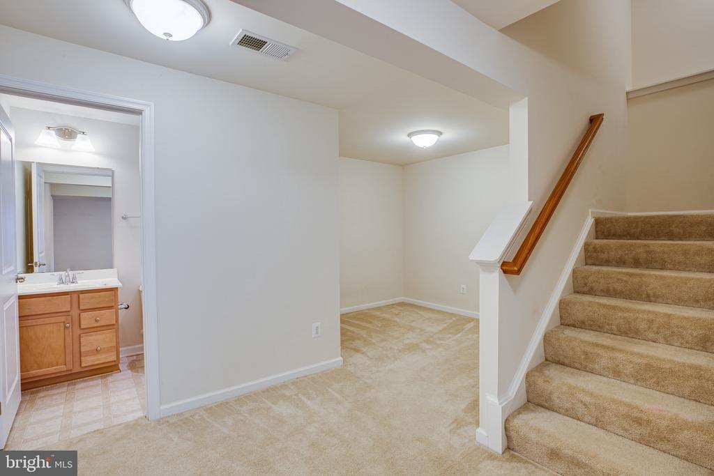 basement headed upstairs - 7 FIREHAWK DR, STAFFORD