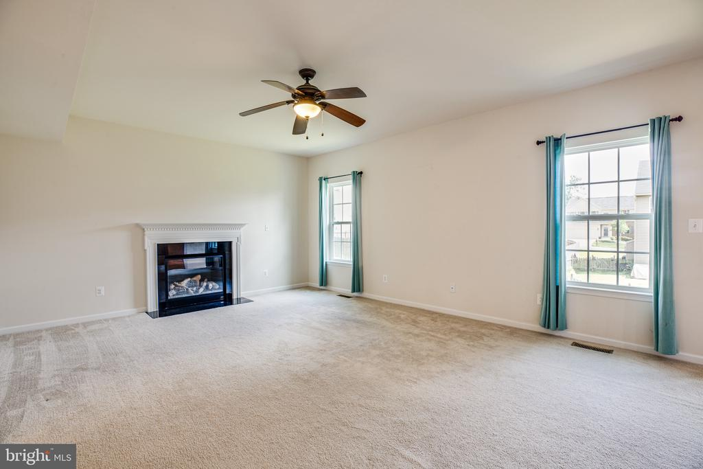 Main level Family room off kitchen/dining/sunroom - 7 FIREHAWK DR, STAFFORD