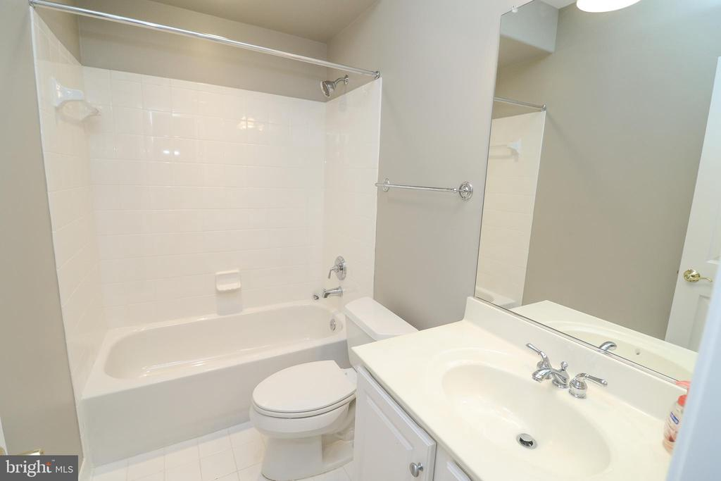 Basement Full Bathroom - 25189 BLACKSTONE CT, CHANTILLY