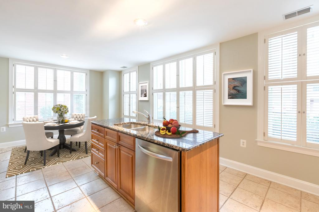 Plantation shutters and eat-in space - 1555 N COLONIAL TER #501, ARLINGTON