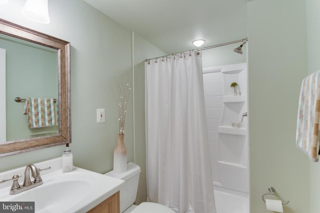 Full Bath connected to Lower Level Bonus Room - 2515 DREXEL ST, VIENNA