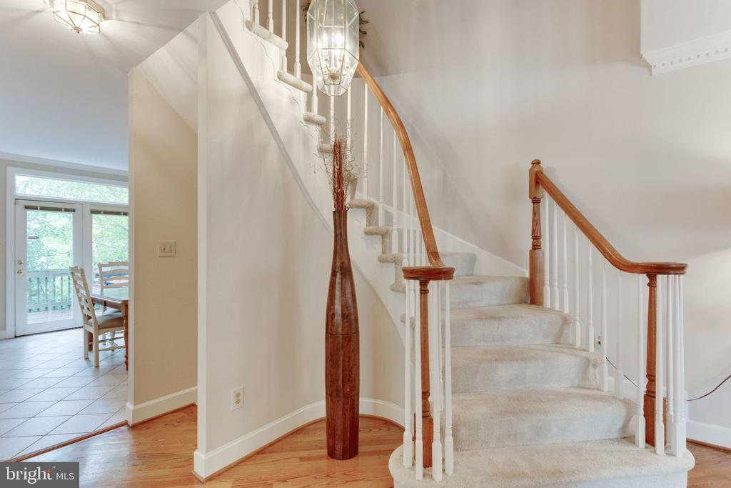 Grand curved stairway. High Ceilings - 8178 MADRILLON CT, VIENNA