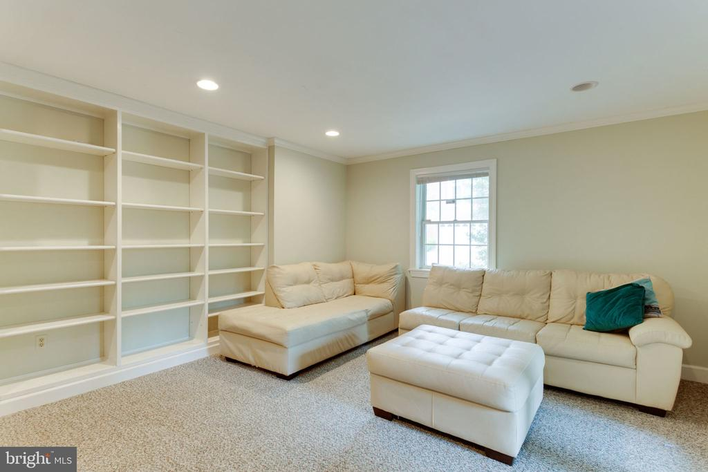 Wall of built in shelves to fill! - 8178 MADRILLON CT, VIENNA
