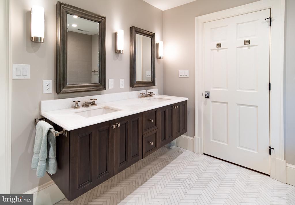 Master Bathroom w Double Floating Vanity - 412 WOLFE ST, ALEXANDRIA