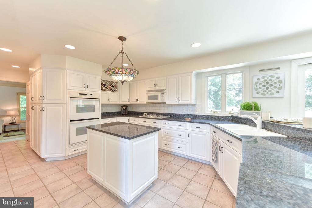 Gourmet kitchen with double oven - 1503 RIVER FARM DR, ALEXANDRIA