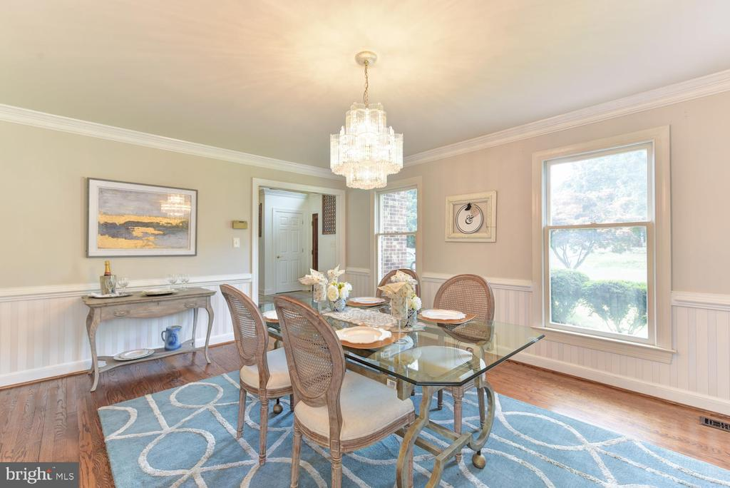 Refined chair rail and wainscoting accents - 1503 RIVER FARM DR, ALEXANDRIA