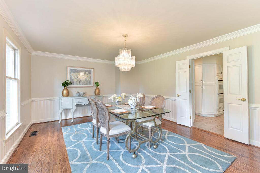 Elegant dining that caters to large gatherings - 1503 RIVER FARM DR, ALEXANDRIA