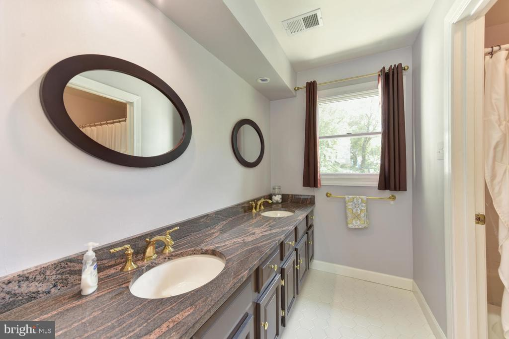 Upper level hallway bath - 1503 RIVER FARM DR, ALEXANDRIA